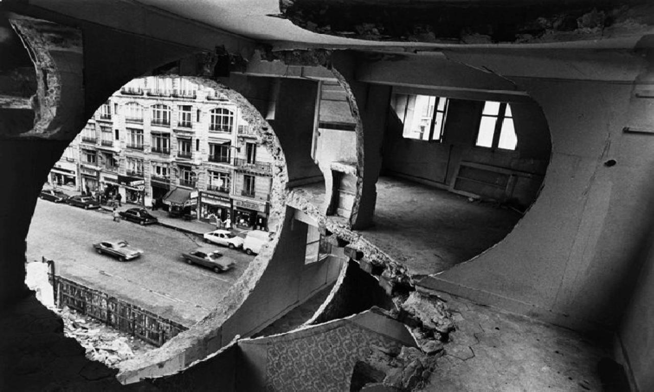 Practici curatoriale din anii 1970 din America și gesturile artistice din sfera criticii instituționale